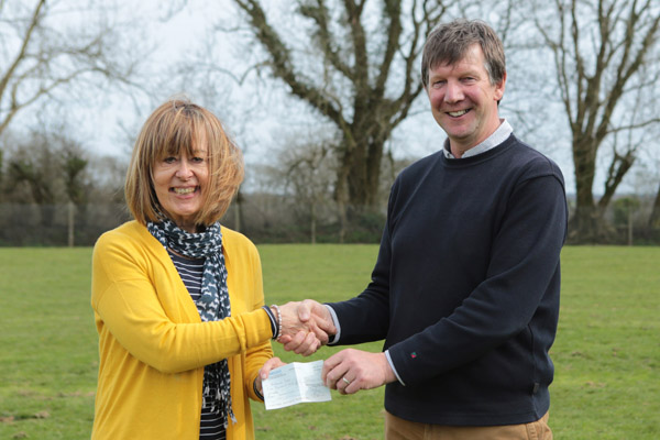916A2114Annie Weaver presents a cheque to Jonathan Hughes 2018 600